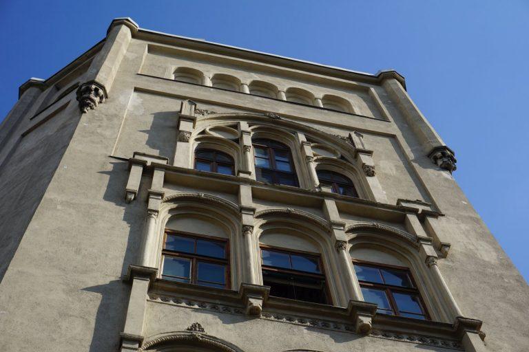 Fenster und Fassadenschmuck eines Frühgründerzeithauses in Wien, Radetzkystraße, Dampfschiffstraße, 1030 Wien
