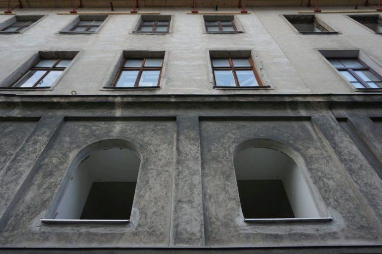 2018 wurden zahleiche Fenster herausgenommen. (Juli 2018)