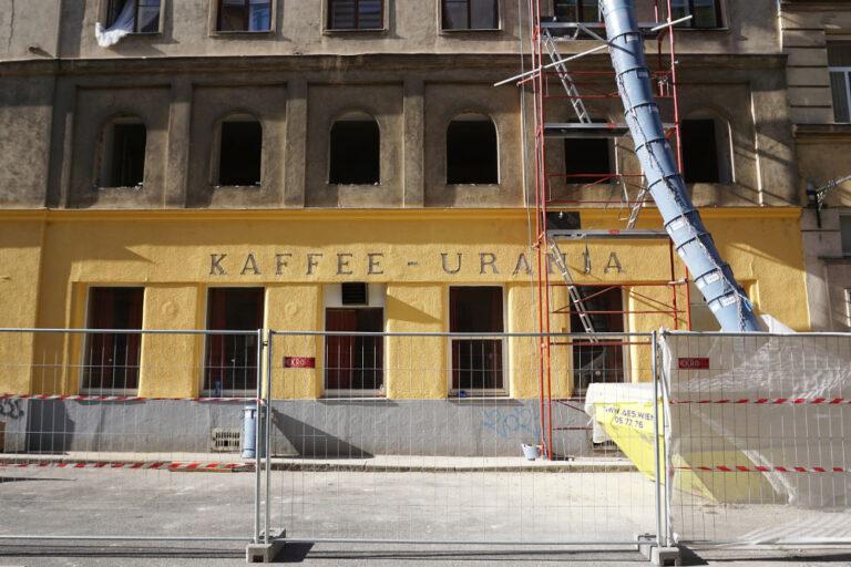 """geschlossenes """"Kaffee-Urania"""", Radetzkystraße 24-26, herausgenommene Fenster, Baustelle, Abriss"""