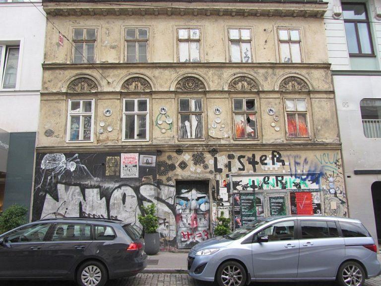 Breite Gasse 15 in Wien-Neubau (7. Bezirk) mit Graffiti, Leerstand, Autos