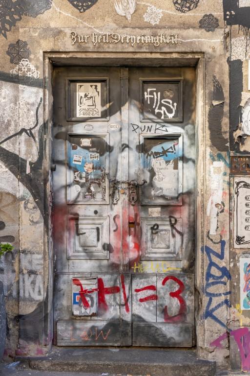 """Eingangstür mit Inschrift """"Zur heil. Dreyeinigkeit"""" (Foto: 2019)"""
