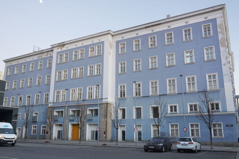 Blaues Haus in der Mariahilfer Straße 132 vor dem Abriss, Front Richtung Westbahnhof