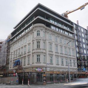 Dachaufbau nach Demontage der historischen Kuppel eines Gründerzeithauses in Wien-Wieden