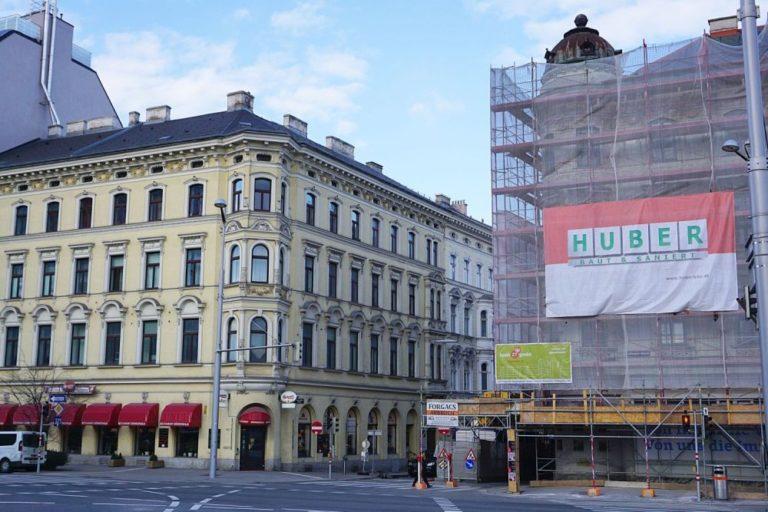 historische Kuppel am Gebäude Wiedner Gürtel 18 kurz vor der Demontage, Wien-Wieden, 2017