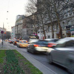 Praterstraße in Wien, Autoverkehr, Mittelstreifen, Bäume