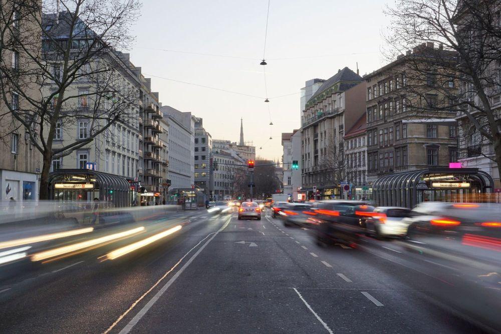 Praterstraße Richtung Innere Stadt, Abendaufnahme mit Autoverkehr, Wien-Leopoldstadt (2. Bezirk)