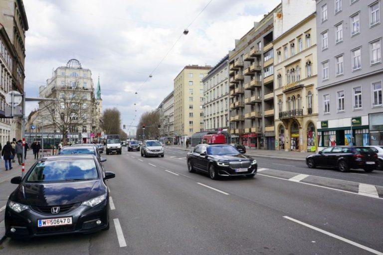 Praterstraße mit viel Autoverkehr in der Nähe des Donaukanals, Wien-Leopoldstadt (2. Bezirk)