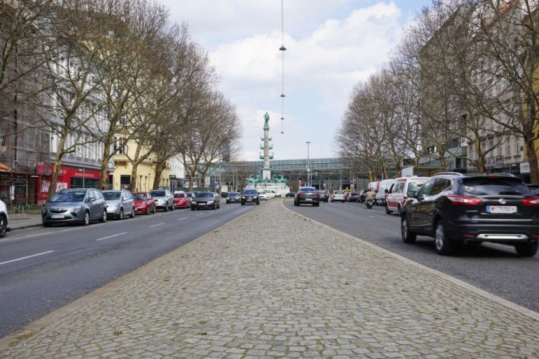 Praterstraße beim Praterstern, in der Mitte das Tegetthoff-Denkmal