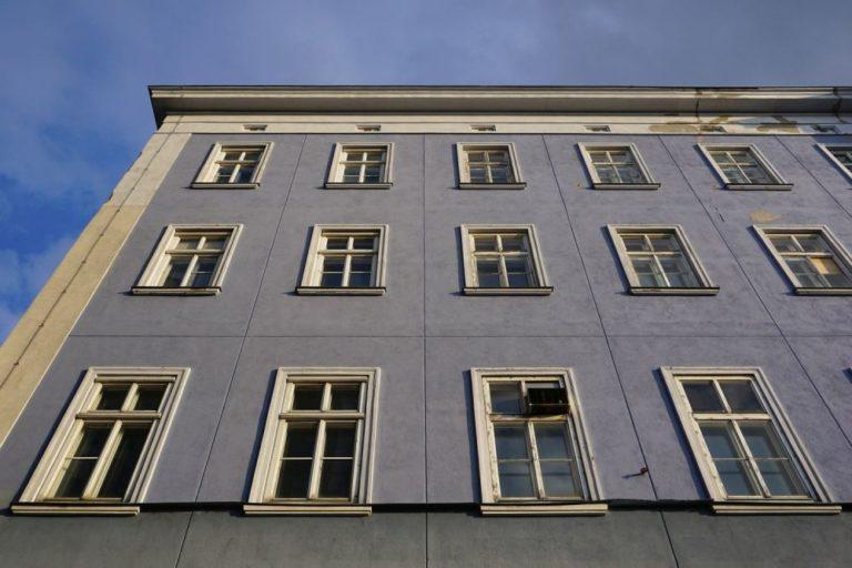 Blaues Haus (Mariahilfer Straße 132) in Wien, Rudolfsheim-Fünfhaus (15. Bezirk), Fenster, Fassade