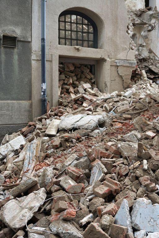zerstörter Eingang des Gründerzeithauses Floßgasse 14 in Wien-Leopoldstadt, ehemalige jüdische Mikwe (Ritualbad)