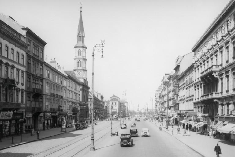 um 1935: Praterstraße mit Altbaubestand und kunstvollen Straßenlaternen (ÖNB)
