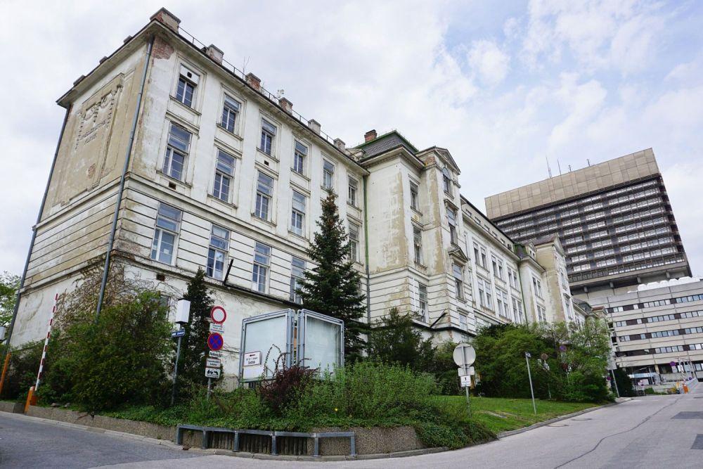 historische I. Medizinische Klinik (Architekt: Emil Förster), daneben AKH-Bettentürme