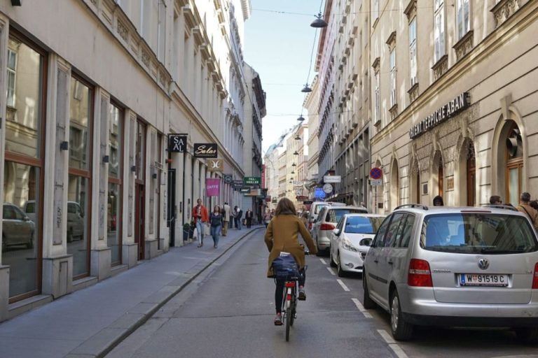 Radfahrerin fährt durch die Wollzeile, Wien