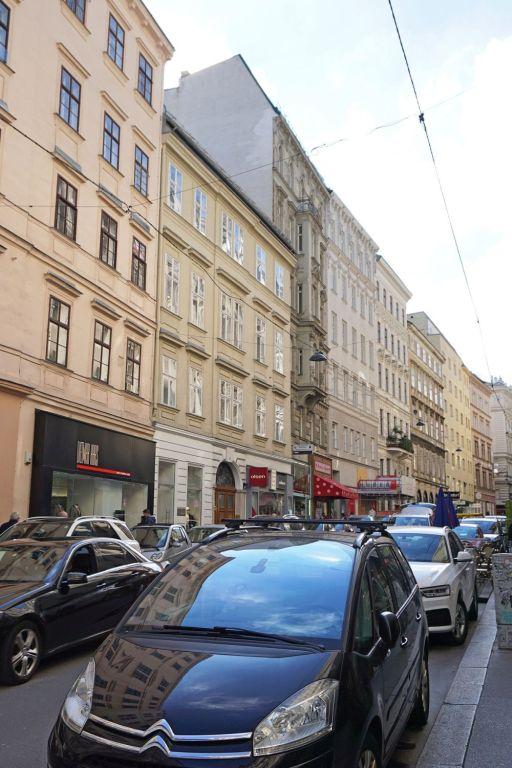 parkende Autos in der Wiener Wollzeile, Innere Stadt (1. Bezirk)