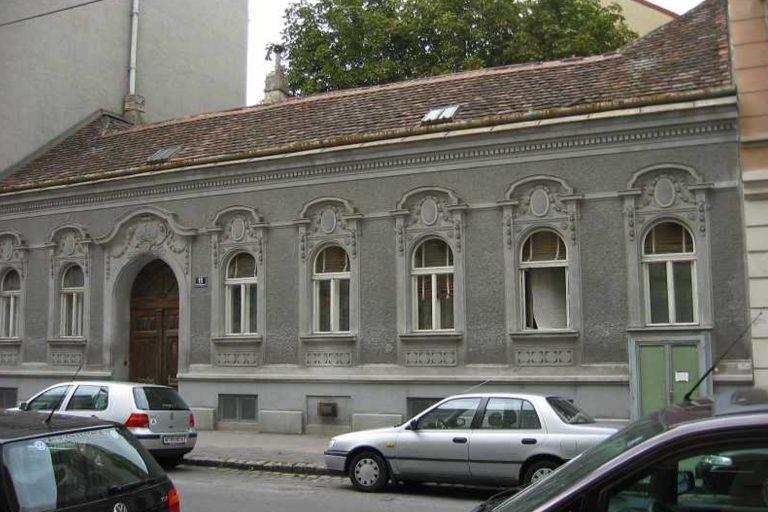 Gründerzeithaus in Kaisermühlen mit Fassadenschmuck, Wien-Donaustadt