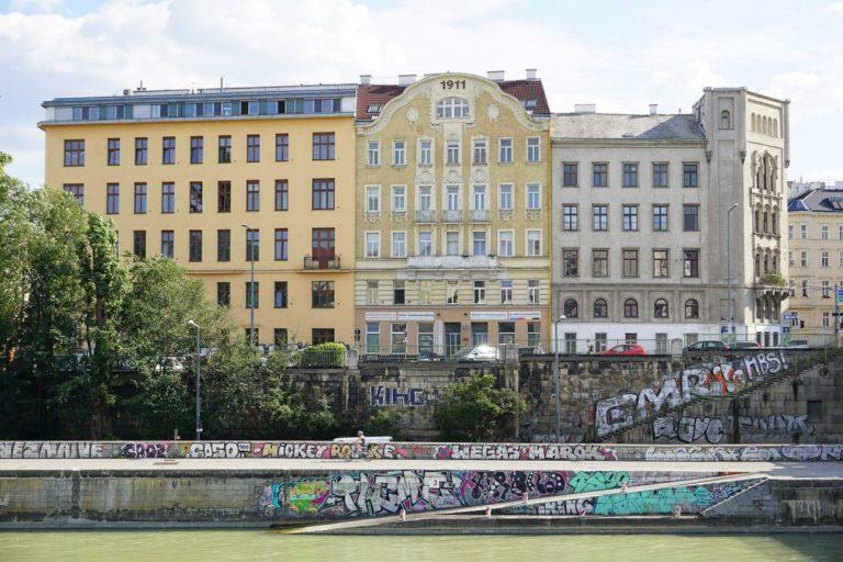 """Gründerzeithäuser am Donaukanal in Wien-Landstraße, bei der Franzensbrücke, Graffiti, Aufschrift """"1911"""""""