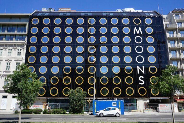 """Hotel """"Mooons"""" am Wiedner Gürtel, runde Fenster, Glasfassade, nahe Hauptbahnhof, erbaut nach Abriss eines Gründerzeithauses, 1040 Wien"""