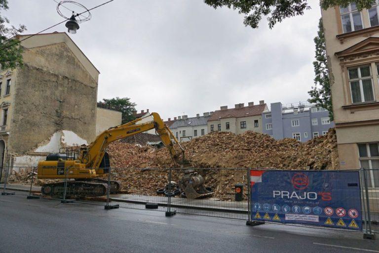 Schutthaufen, Bagger, nach Abriss einer Gründerzeithauses/Jugendstilhauses, Wien-Ottakring