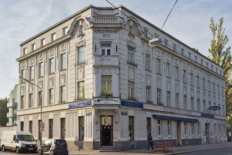 """Gründerzeithaus mit Jugendstildekor in Wien-Floridsdorf, ehemaliges """"Hotel Karolinenhof"""", Jedleseer Straße 75, 2018 abgerissen"""