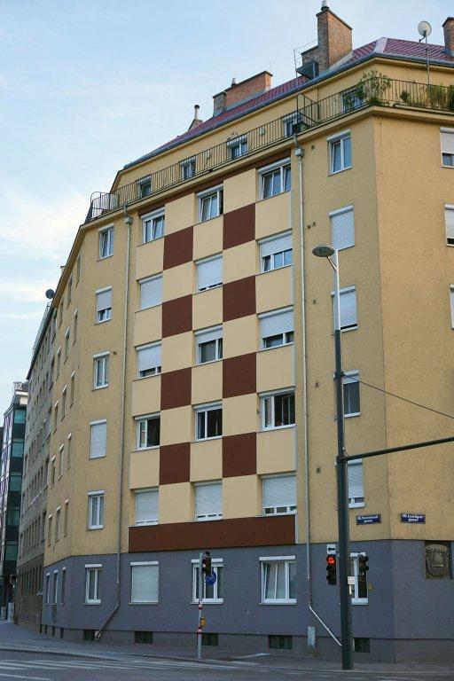 Landgutgasse, Wohnhaus, Sonnwendgasse, renovierte Fassade, zerstörtes Kunstwerk, Sgraffito Favoritens Geschichte, Sonnwendviertel, Wien