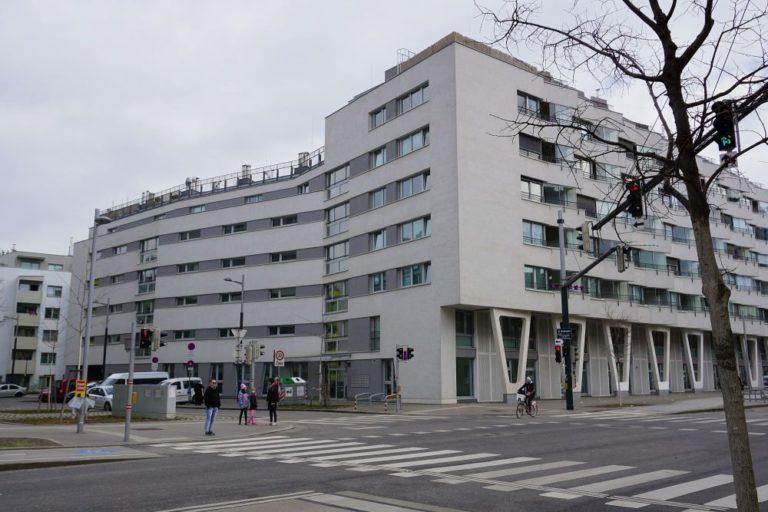 Neubau-Wohnhaus, Sonnwendviertel, Sonnwendgasse, Straße Bäume, Asphalt graue Fassaden, Wien-Favoriten