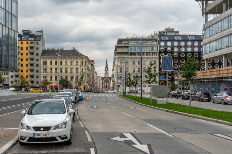 Argentinierstraße, Blickrichtung zum Elisabethplatz mit Kirche