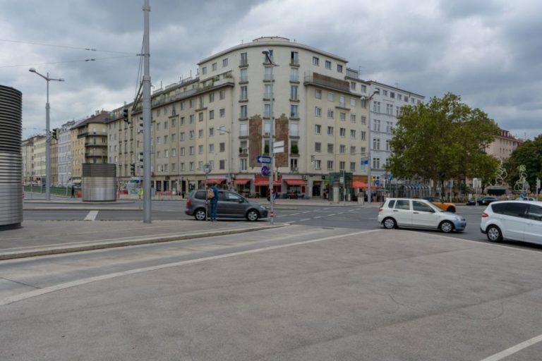 Südtiroler-Platz beim Wiener Hauptbahnhof, Nachkriegswohnhaus, Autoverkehr