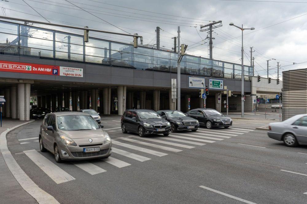 Brücke und mehrspurige Straße beim Wiener Hauptbahnhof, Laxenburger Straße