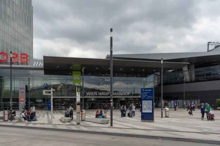 Haupteingang des Wiener Hauptbahnhofs, dichte Wolkendecke, links Hochhaus