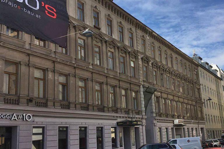 Gründerzeithaus in der Gudrunstraße/Humboldtgasse, Plakat einer Abrissfirma, Dekor, Historismus