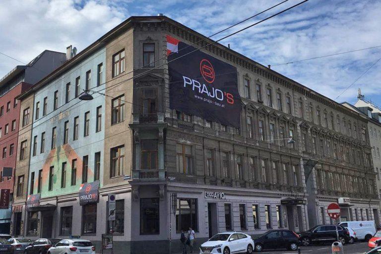 Gründerzeithaus in der Gudrunstraße/Humboldtgasse, Plakat einer Abrissfirma, Dekor, Autos, Leitungen