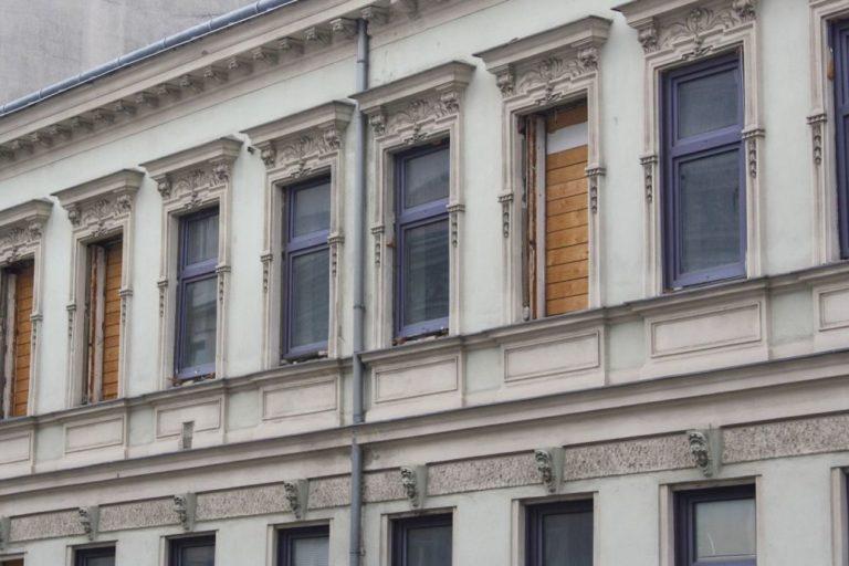 Gründerzeithaus Lienfeldergasse 27 mit herausgenommenen Fenstern, 1160 Wien