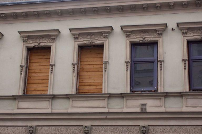 Fassade des Gründerzeithauses Lienfeldergasse 27, Wien-Ottakring, herausgerissene Fenster, Fassadendekor