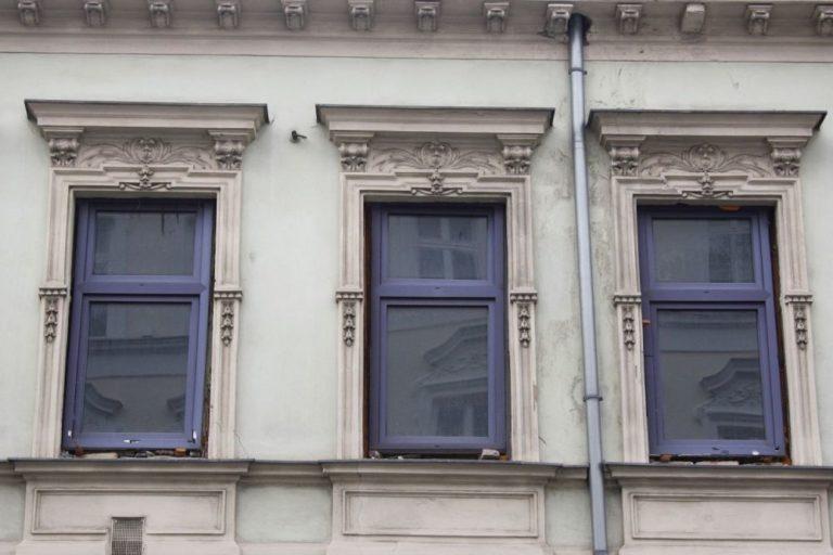 Fenster mit Dekor, Gründerzeithaus Lienfeldergasse 27, Ecke Degengasse, Wien-Ottakring