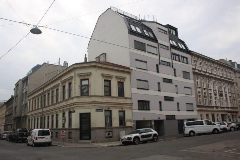 Gründerzeithaus Ecke Lienfeldergasse/Degengasse in 1160 Wien, Altbauten und Neubauten, Autos, Asphalt, Straßenbeleuchtung