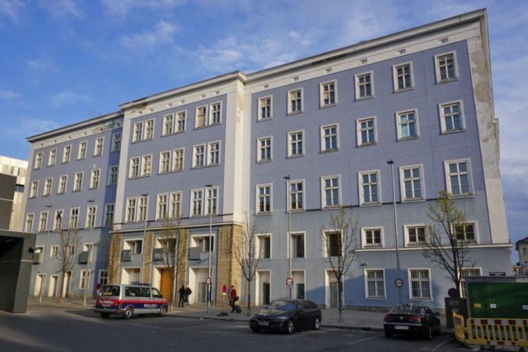 Blaues Haus in der Mariahilfer Straße 132 in Wien, vor dem Abriss, Langauergasse, Autos
