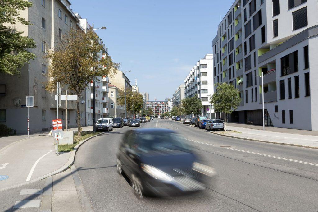 Sonnwendgasse in Wien-Favoriten, rechts das Sonnwendviertel