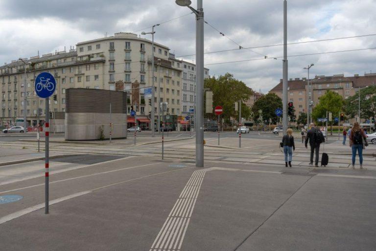 Südtiroler-Platz in Wien, Asphaltfläche in der Nähe des Hauptbahnhofs