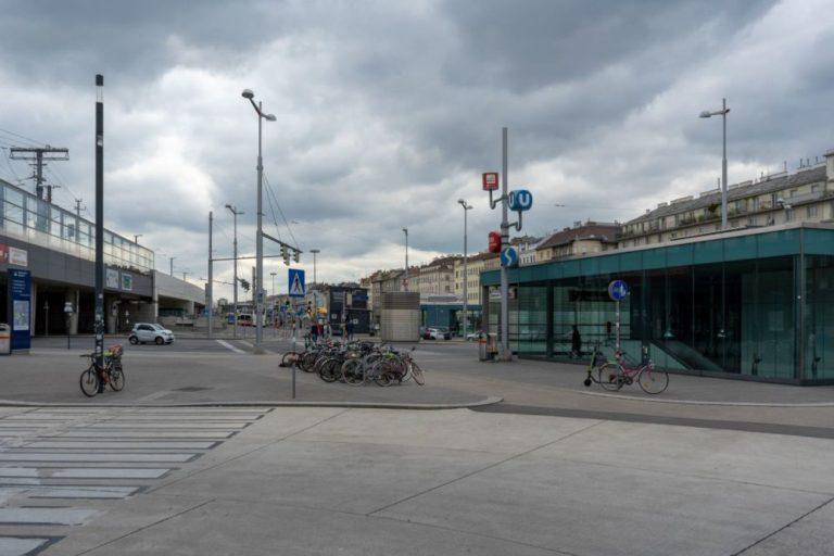 Wiedner Gürtel, Laxenburger Straße, Waldmanngründe, Südtiroler Platz, Asphalt, Stangen, Häuserzeile des Gürtels, dunkle Wolken