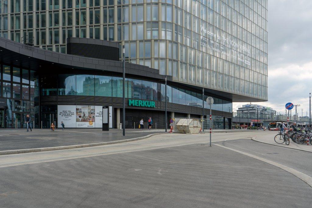 """Asphaltfläche am Wiedner Gürtel beim Bürohaus """"The Icon Vienna"""""""