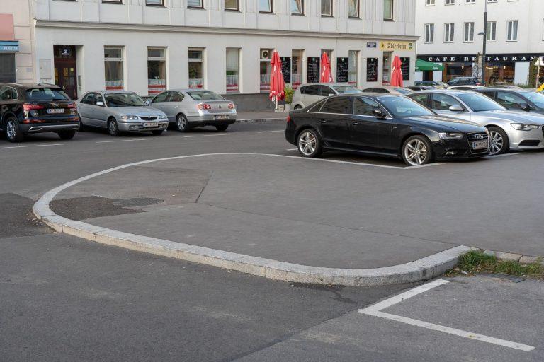 Asphaltfläche und Autos am Antonsplatz, Wien-Favoriten
