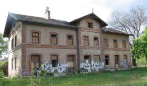 alter Bahnhof, Backstein, fehlende Fenster