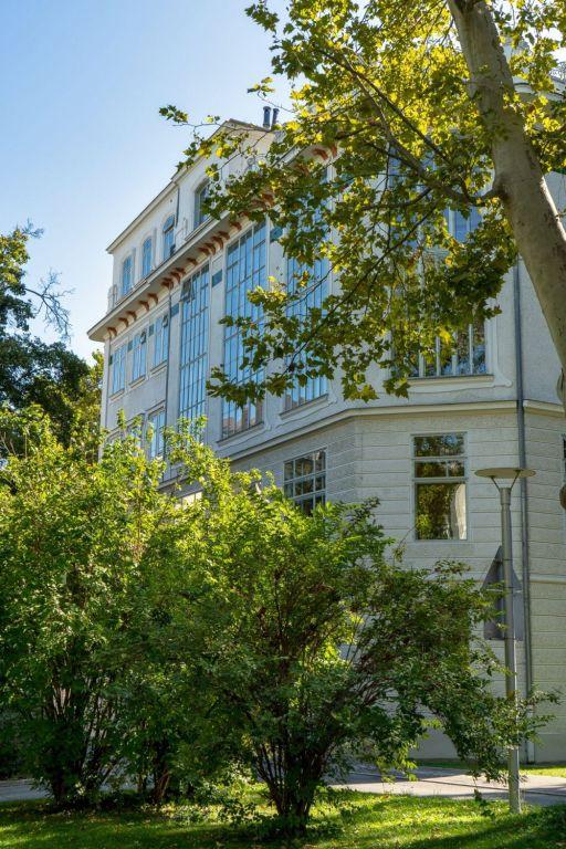 historisches Klinikgebäude des Wiener AKH vor Bäumen und Sträuchern, Spitalgasse 23