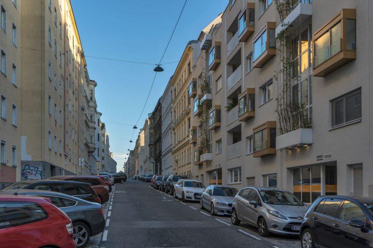 Straße mit Parkplätzen und Gebäuden