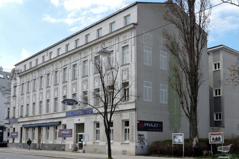 """Gründerzeithaus mit Jugendstildekor in Wien-Floridsdorf, ehemaliges """"Hotel Karolinenhof"""""""
