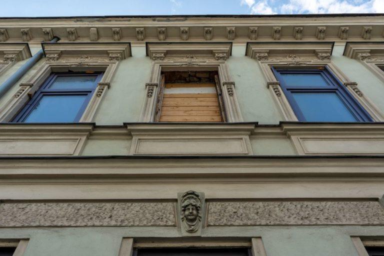 Fenster und herausgerissenes Fenster beim Gründerzeithaus Lienfeldergasse 27, Ottakring, Wien