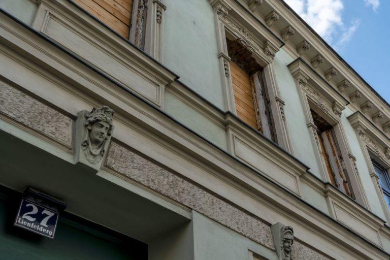 Fassade und Tür des Gründerzeithauses Lienfeldergasse 27 in Wien-Ottakring