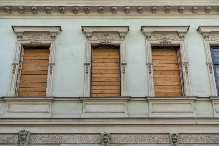 herausgerissene Fenster, Gründerzeithaus, Fassadenschmuck, 1160 Wien, Lienfeldergasse