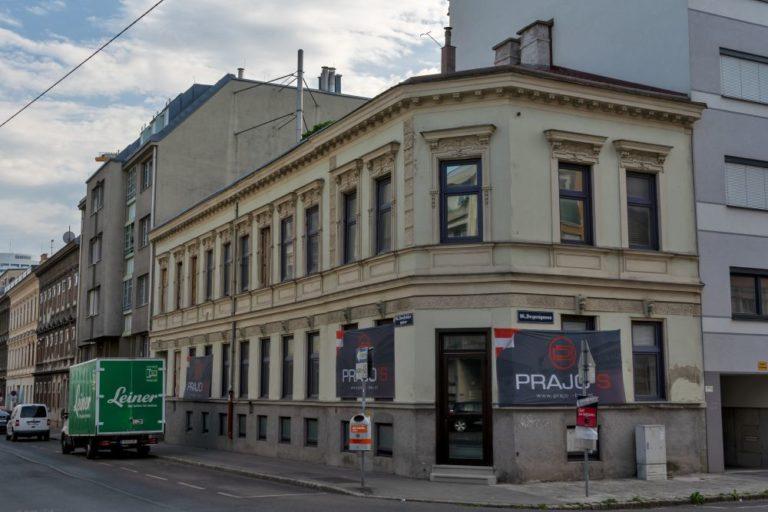 Gründerzeithaus Ecke Lienfeldergasse/Degengasse in 1160 Wien, Plakate einer Abbruchfirma