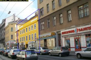 alte Häuser und Autos im 2. Bezirk in Wien